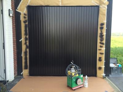 Garage deur spuiten